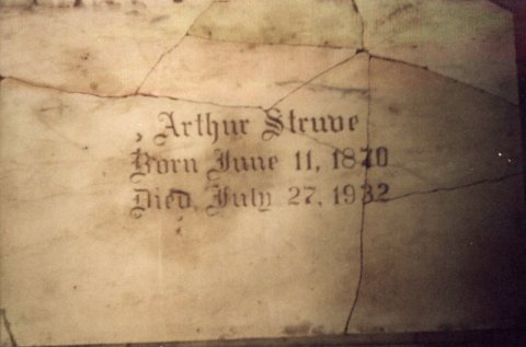 Arthur-Struves-broken-headstone